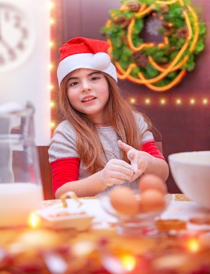 Liten flickamatlagning för jul royaltyfri bild