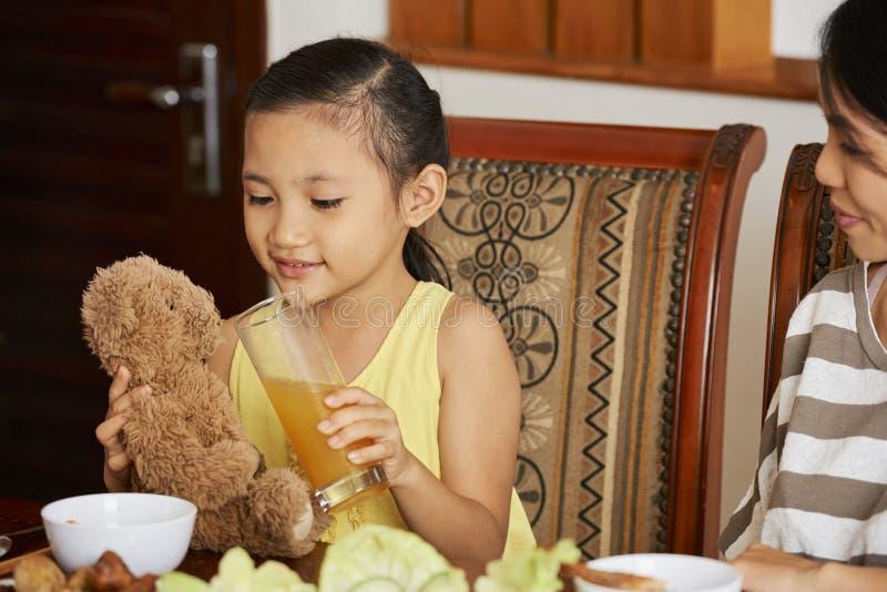 Liten flickaomsorg om hennes leksak arkivbild