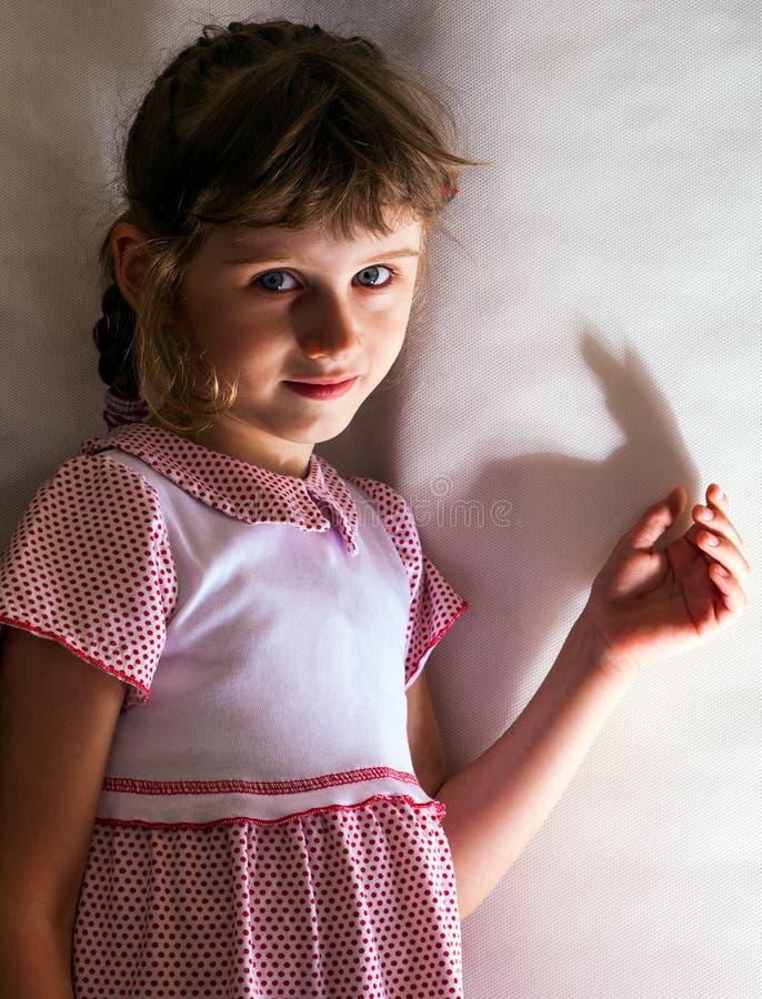 liten flickastående royaltyfria bilder