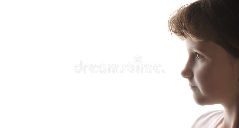 Liten flickastående med vit bakgrund arkivbilder