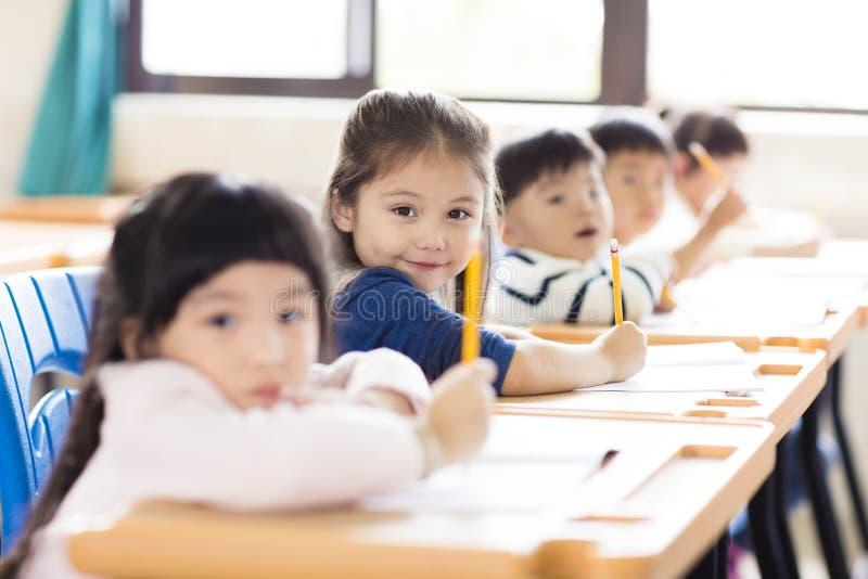liten flickastudent i klassrumet fotografering för bildbyråer