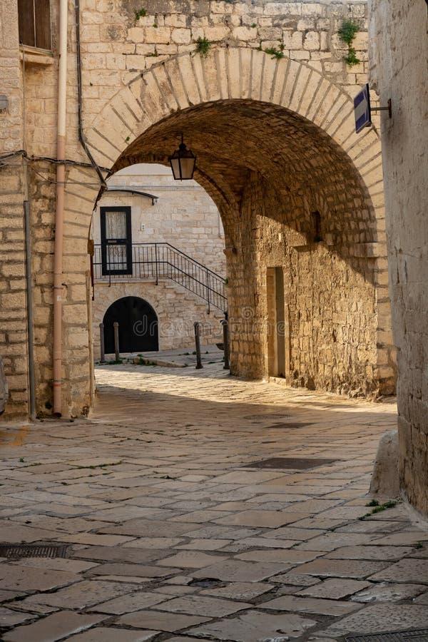 Liten forntida italiensk stad på Adriatiskt havkusten Giovinazzo royaltyfri foto