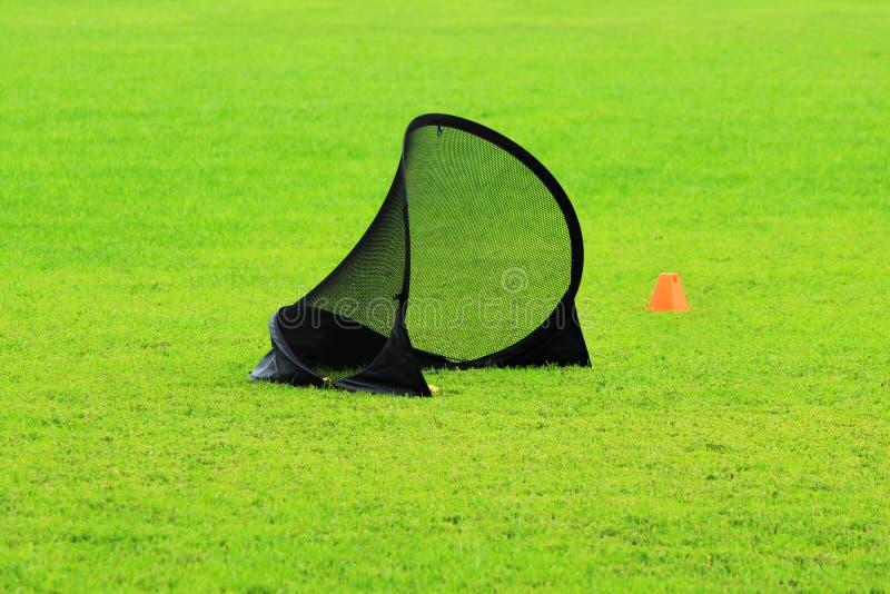 Liten fotbollport för utbildande ungar till sportar fotboll och plast-limiter i en stadion med grönt gräsmattagräs royaltyfria foton