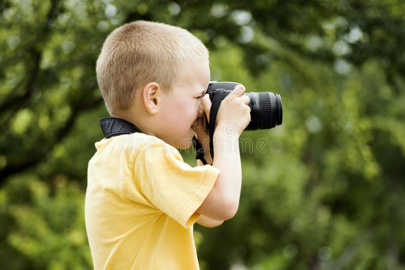 liten fotograf f?r pojke royaltyfria foton