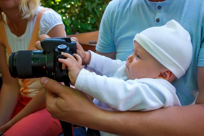 Liten fotograf med en stor kamera royaltyfria bilder