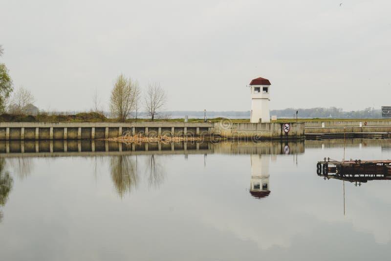 Liten fyr på en liten ö Fyren lokaliseras i en stad Kremenchug arkivbilder
