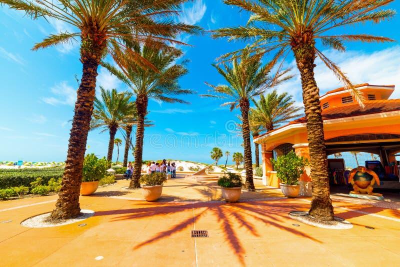 Liten fyrkant i den Clearwater stranden på en solig dag royaltyfria bilder