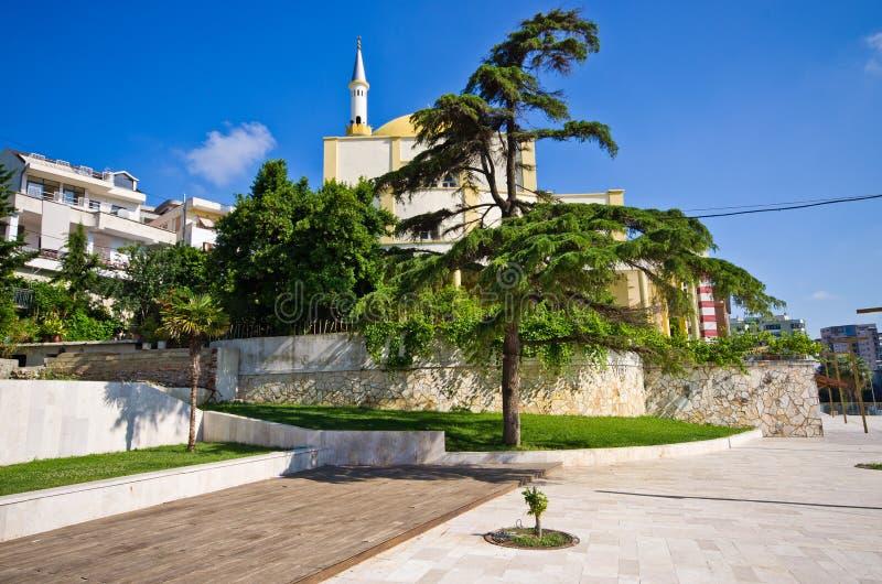 Liten fyrkant i Durres, Albanien royaltyfri foto