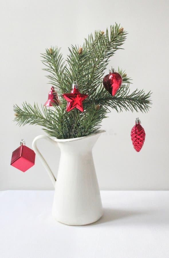 Liten garnering för julträd på tabellen arkivfoto