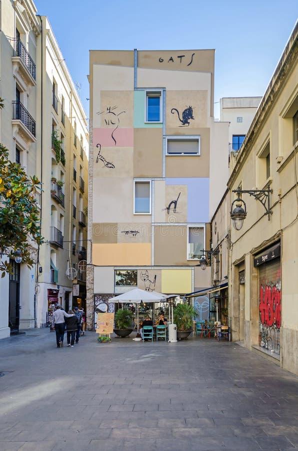 Liten gata i Barcelona med den artfully målade fasaden royaltyfri foto