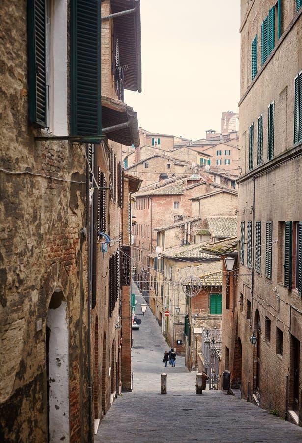 Liten gata i den gamla staden Siena arkivfoto