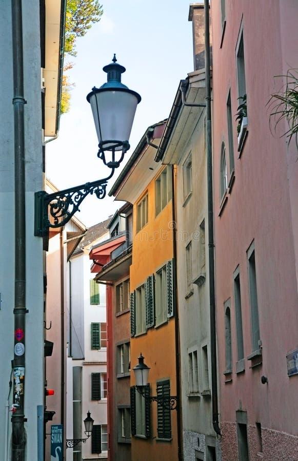 Liten gata i den Zurich staden royaltyfri foto