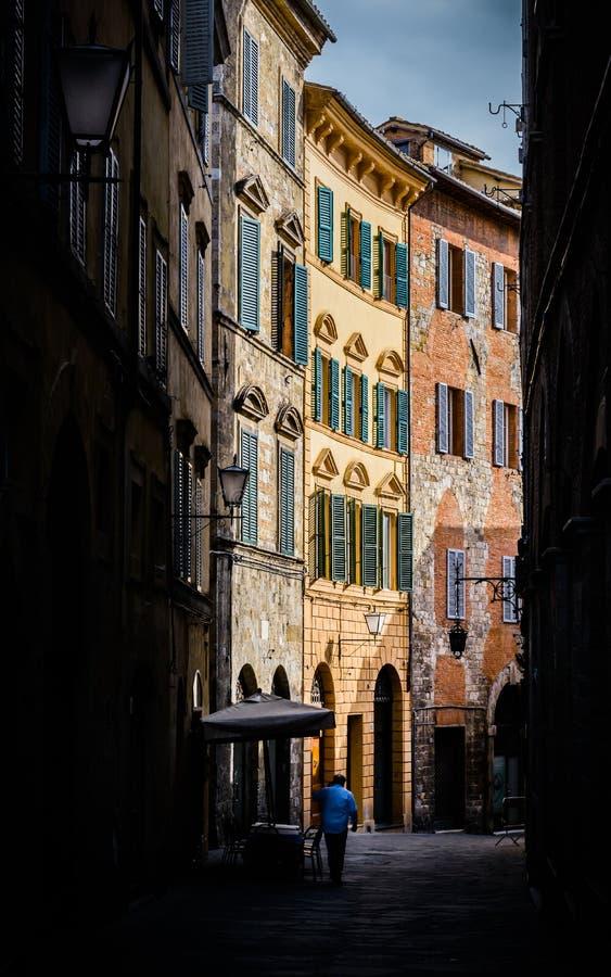 Liten gata i Siena, Tuscany, Italien arkivfoto