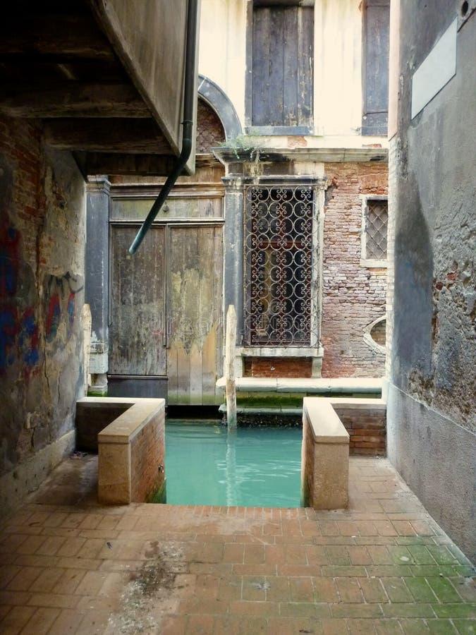 Liten gata i Venezia med tillträde till kanalen royaltyfria bilder