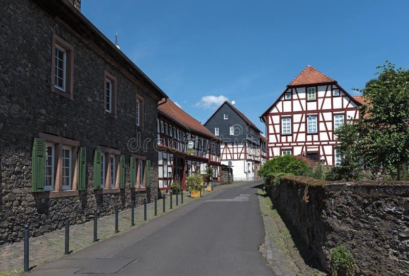 Liten gata med halva timrade hus i lich hesse Tyskland arkivbilder