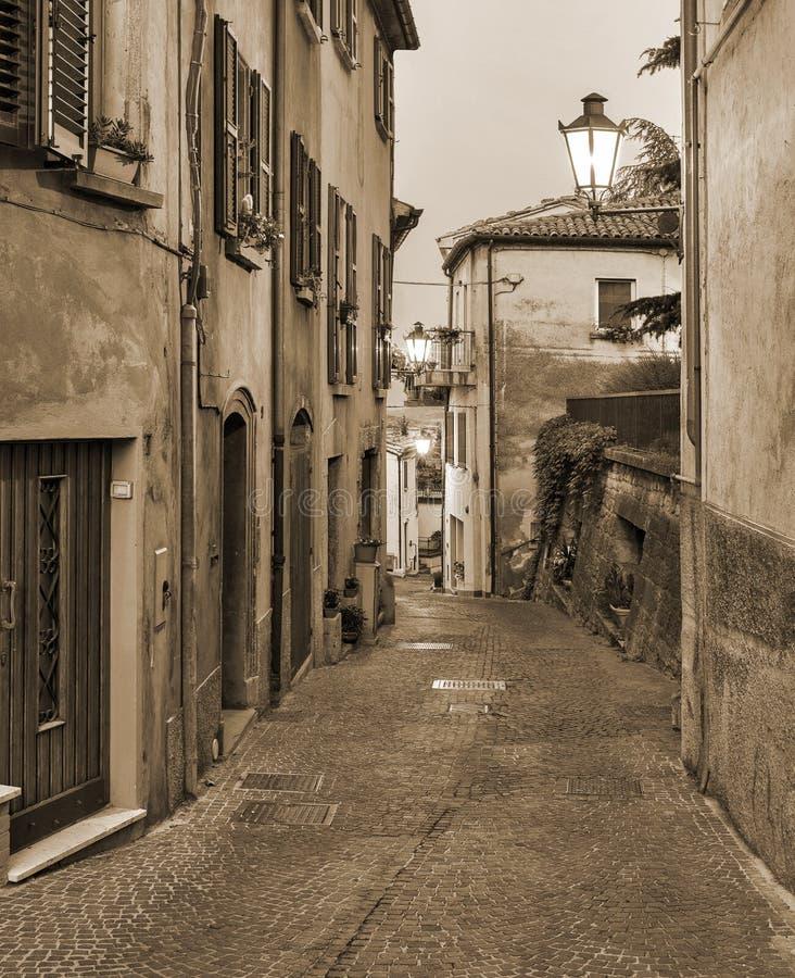 Liten gata Tuscany, Italien för afton arkivfoto