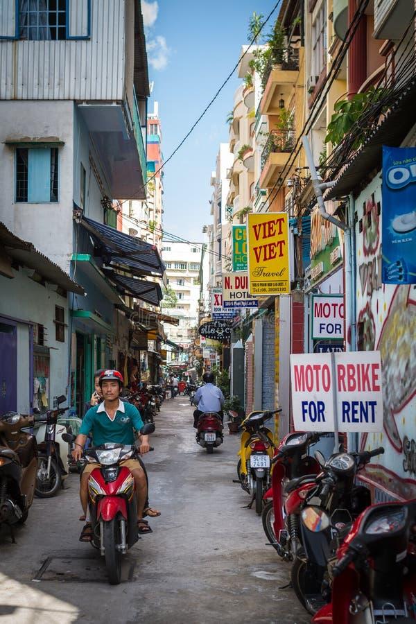 Liten gränd i Ho Chi Minh City, Vietnam arkivfoto