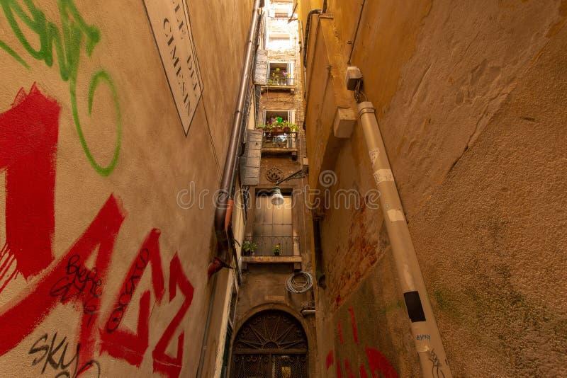 Liten gränd i Venedig arkivbilder