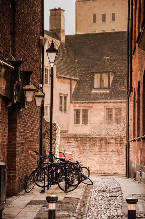 Liten gränd och cykel i Windsor, UK arkivfoto