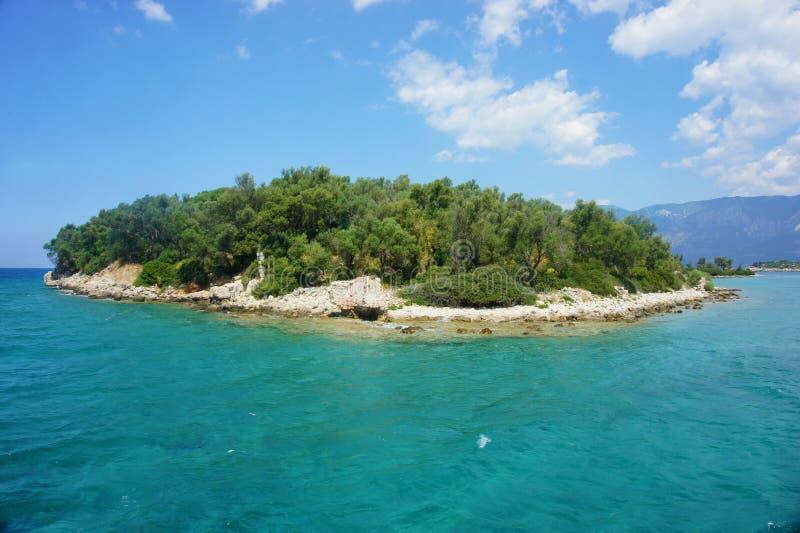 Liten grön ö i medelhavet royaltyfria bilder
