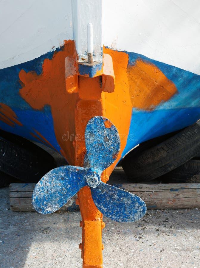Liten grekisk fiskebåt, årligt underhåll fotografering för bildbyråer