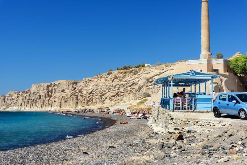 Liten grekisk krog nära den steniga kustlinjen av den Vlychada staden på den Santorini ön, Grekland royaltyfria foton