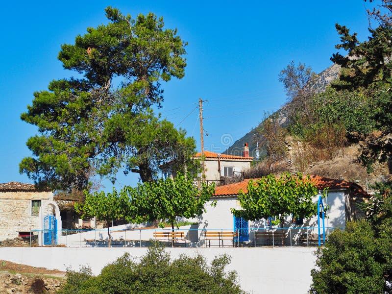 Liten grekisk ortodox kyrka i bergbyn, Grekland arkivfoto