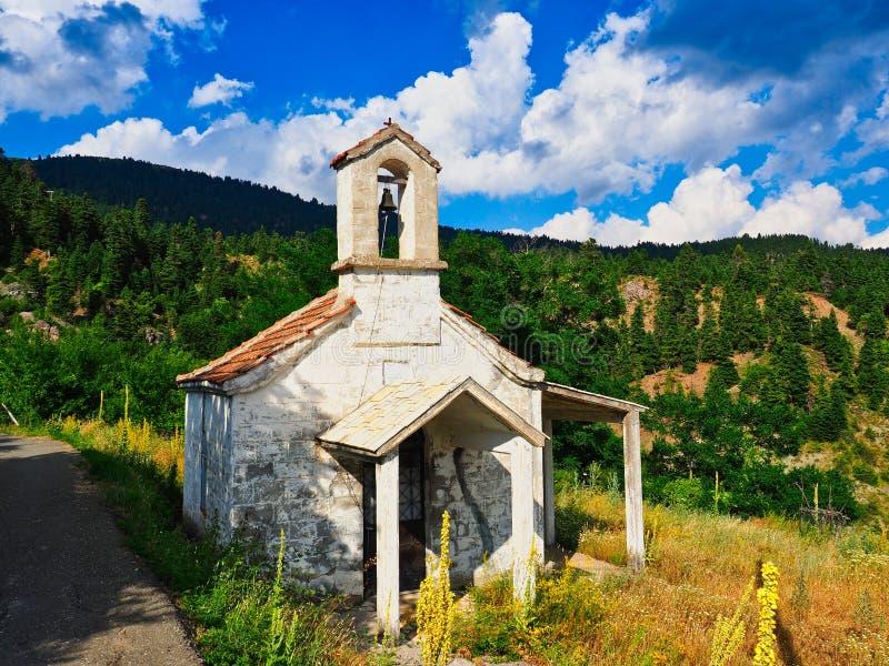Liten grekisk ortodox kyrka på bergsidan, Grekland arkivfoton