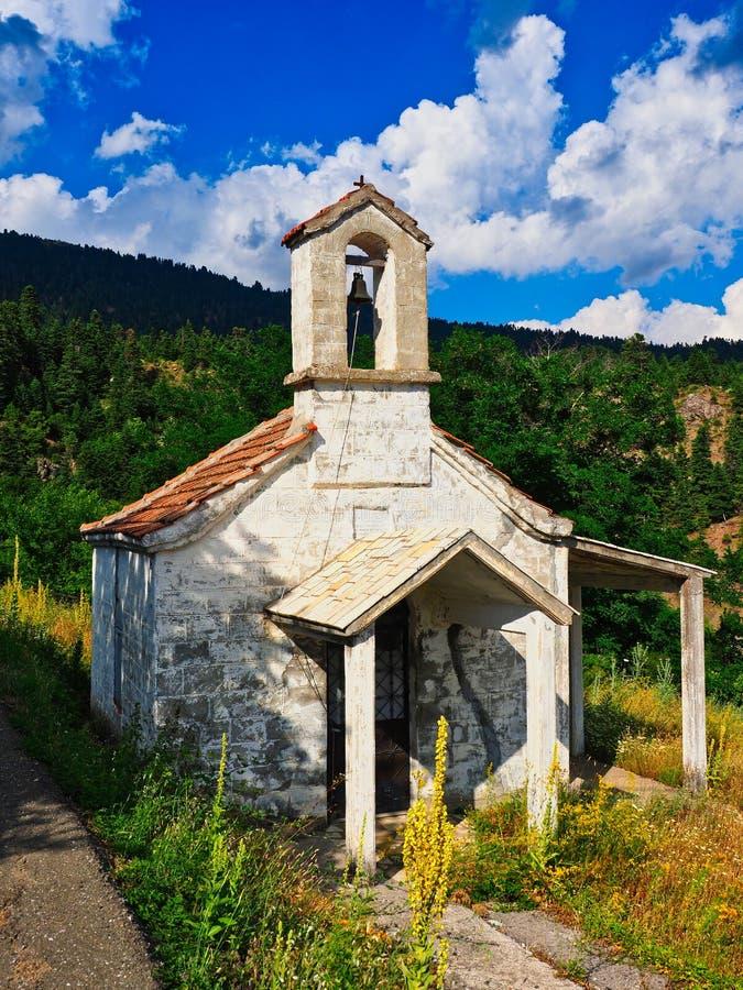 Liten grekisk ortodox kyrka på bergsidan, Grekland arkivfoto