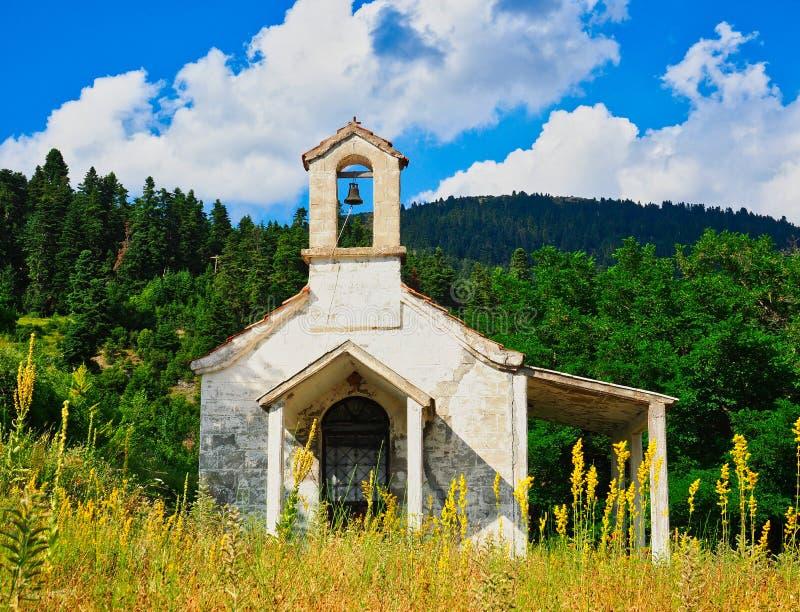 Liten grekisk ortodox kyrka på bergsidan, Grekland royaltyfria bilder