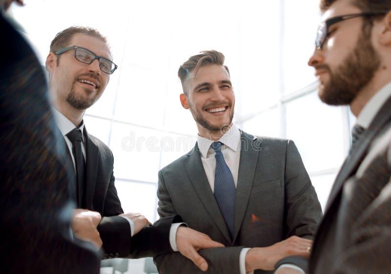 Liten grupp av sammanfogande händer för affärsfolk, royaltyfria foton