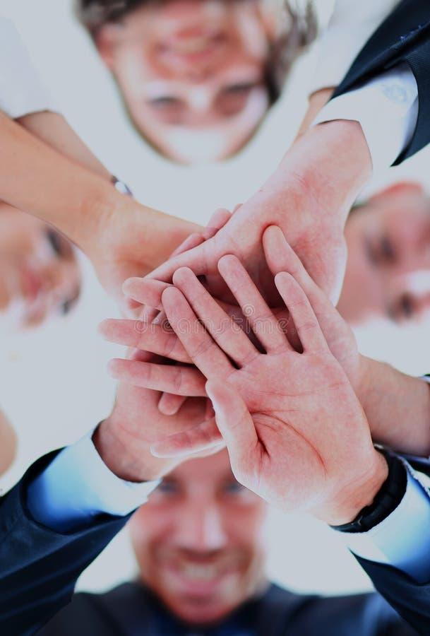 Liten grupp av sammanfogande händer för affärsfolk, sikt för låg vinkel arkivbild