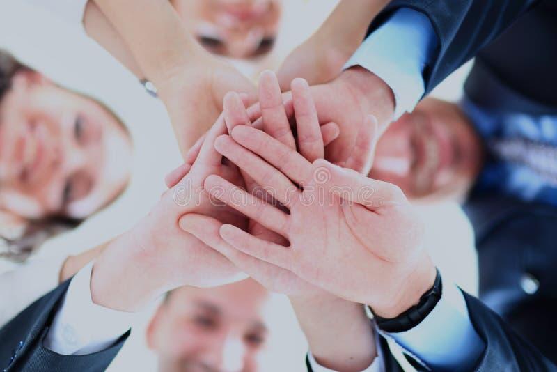 Liten grupp av sammanfogande händer för affärsfolk, sikt för låg vinkel arkivbilder