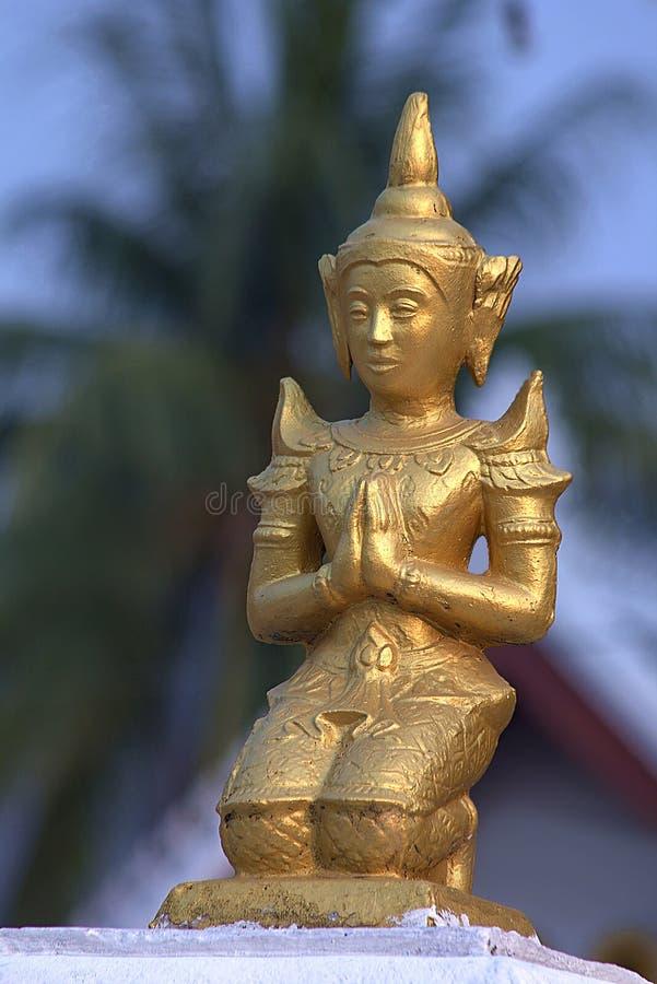 Liten guld- skulptur i buddistisk tempel royaltyfri foto