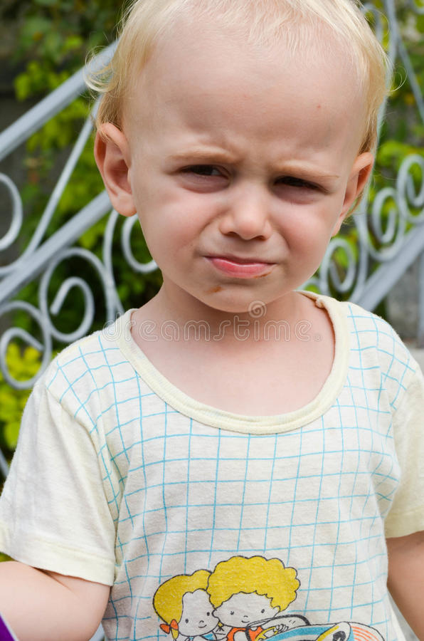 Liten gullig blond ilsken pojke arkivbilder