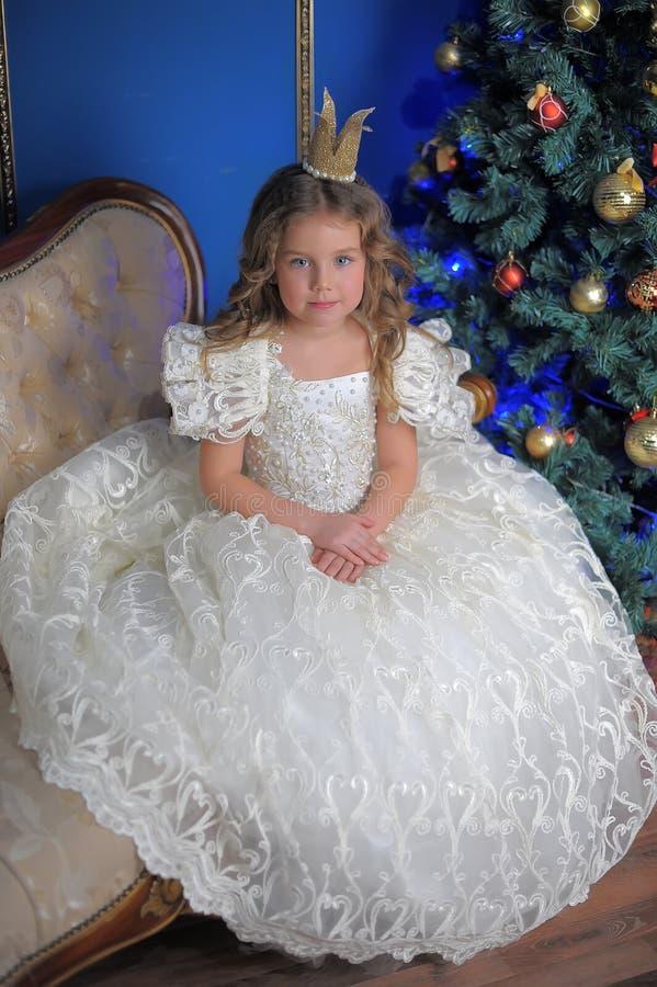 Liten gullig flicka i den vita klänningen arkivfoton