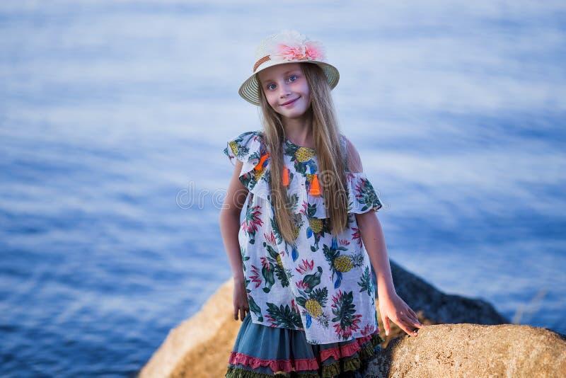 Liten gullig flicka på havet Flicka i hatten i sommartid arkivbilder