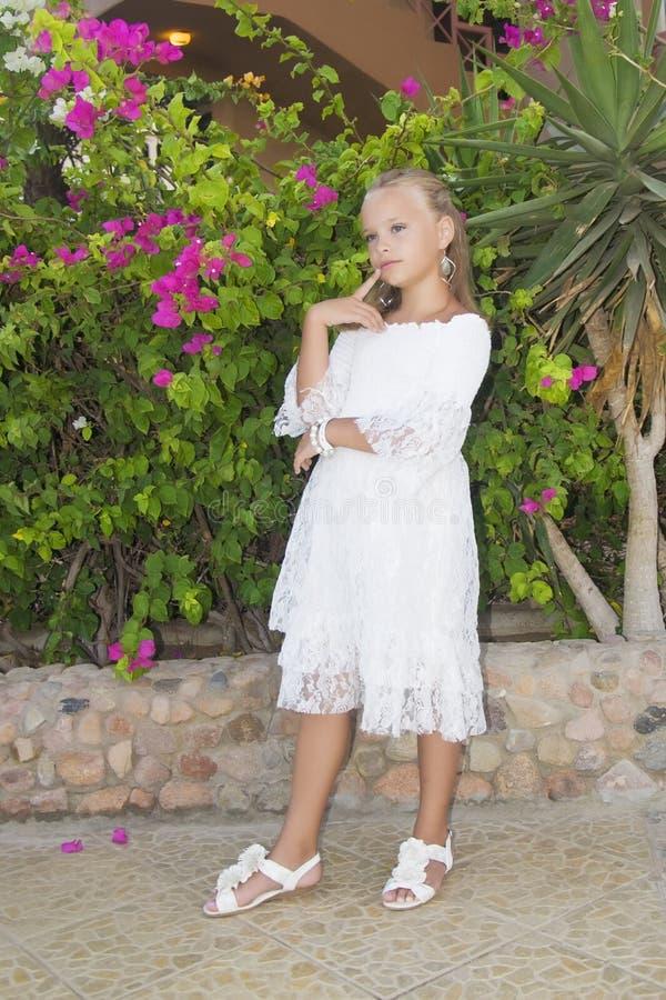 Liten gullig flicka som tänks för Begreppet av barndom och livsstilen royaltyfria foton