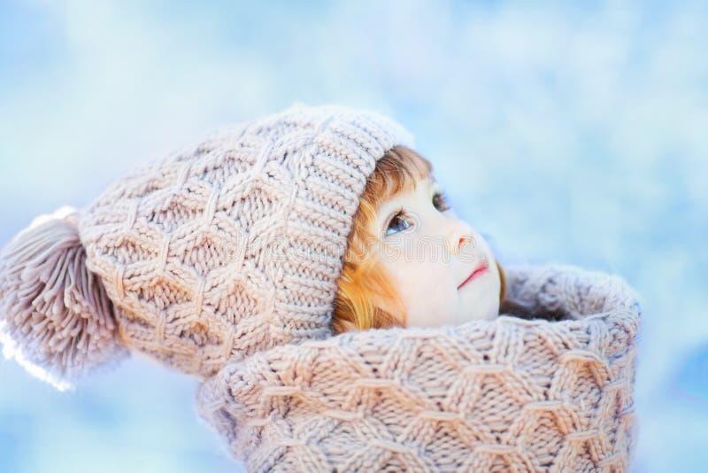 Liten gullig litet barnflicka utomhus på en solig vinterdag royaltyfria foton