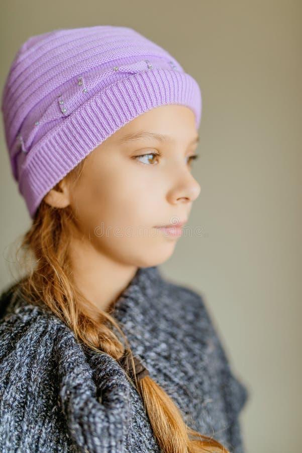 Liten härlig flicka i vinterhatt fotografering för bildbyråer