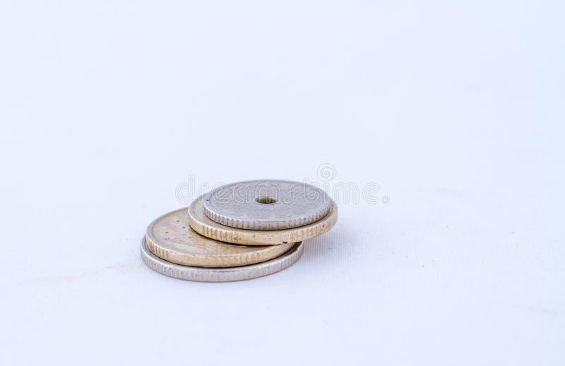 Liten hög av mynt som isoleras på en vit bakgrund royaltyfri foto
