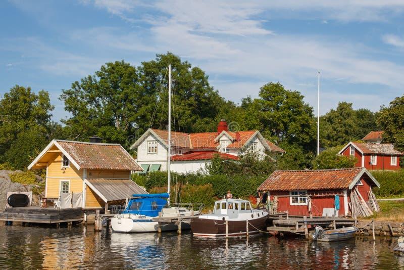 Liten hamn av den Vaxholm byn royaltyfria foton