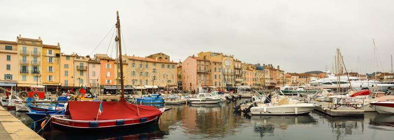 Liten hamn mycket av fartyg i stad av Saint Tropez fotografering för bildbyråer