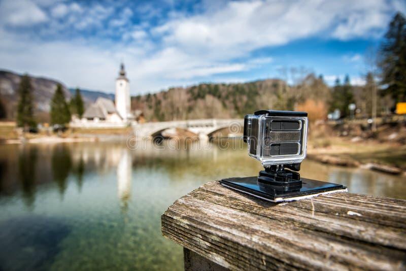 Liten handlingkamera som utomhus filmar trevlig landskapultrarapid arkivbild