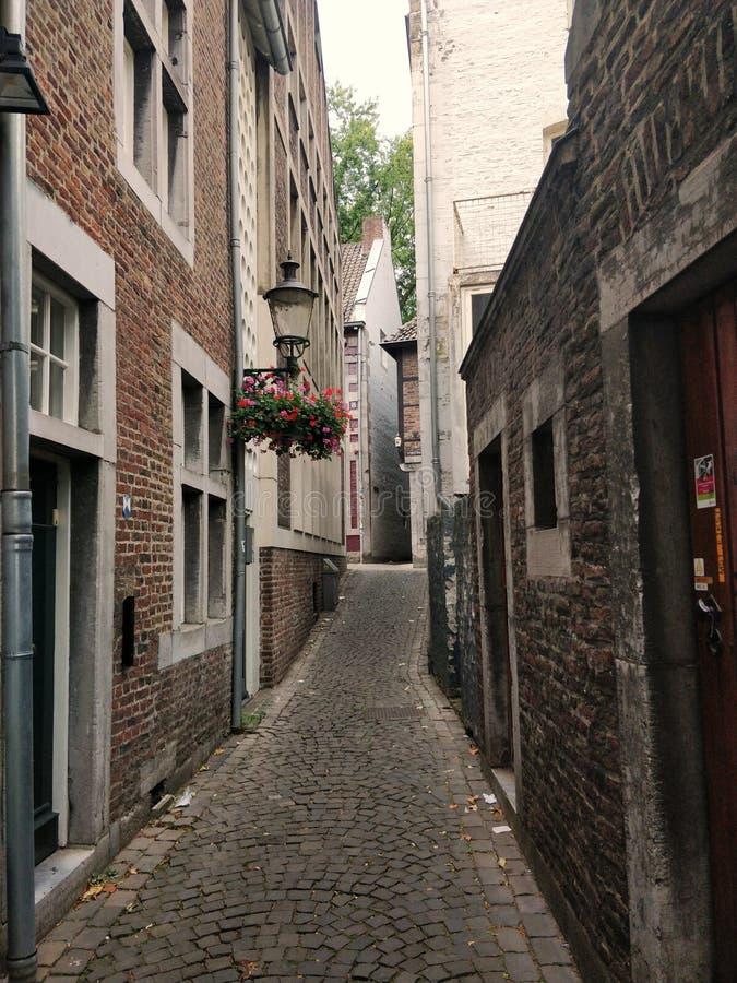 Liten hemtrevlig gata i Maastricht, Nederländerna arkivbild
