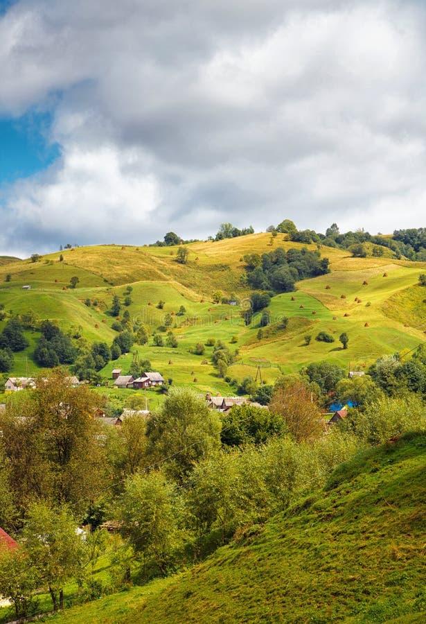 Liten by i bergen arkivbilder