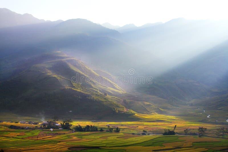 Liten by i dalen royaltyfri fotografi
