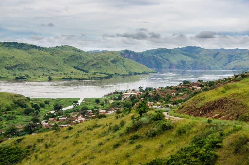 Liten by i gröna kullar på Congo River, demokratiska Republiken Kongo, Afrika arkivfoto