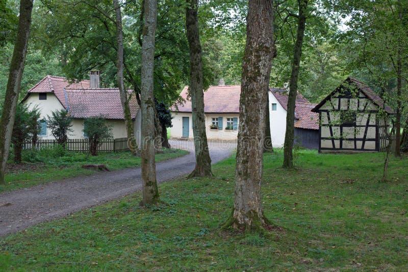 Liten by i skog royaltyfri fotografi