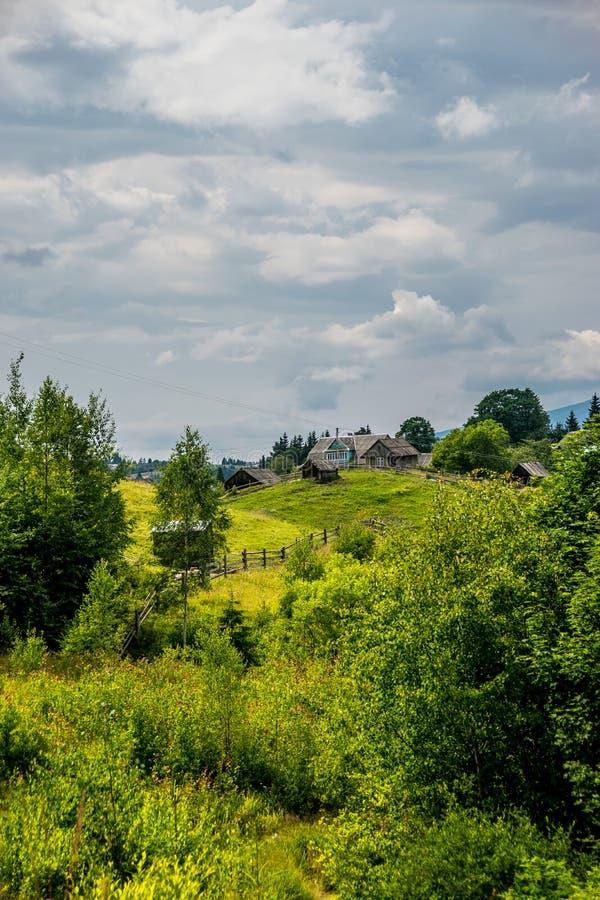 Liten liten by i Ukraina royaltyfri fotografi